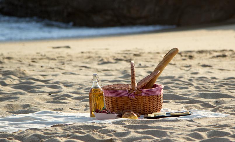 Le Fashionaire Beach Picnic beach picnic blogger inspiration zara overall white love lefties basket 9511 EN 805x487