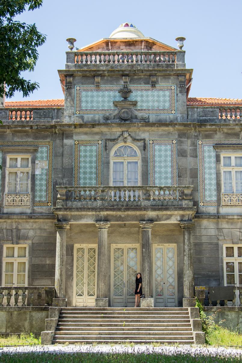 Le Fashionaire Porto de abrigo palacete pinto leite porto blogueira monumento fachada vestido preto zara janela colunas varanda 1372 PT 805x1208