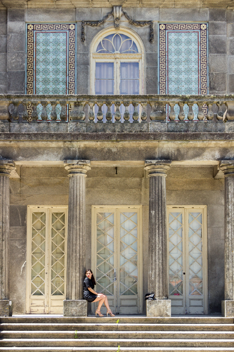 Le Fashionaire Oporto Haven pinto leite palace blogger inspiration dreamy place zara black dress Monument facade dress black zara window columns balcony 1359 EN 805x1207