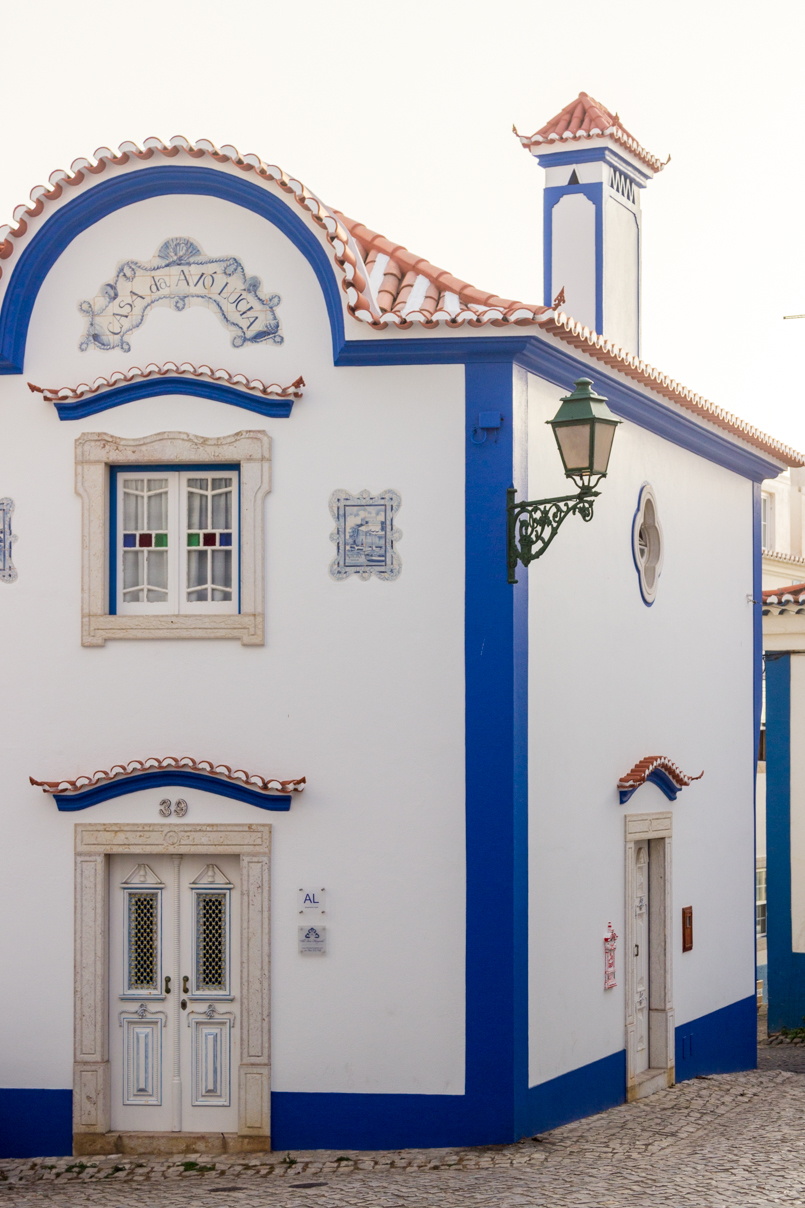 Le Fashionaire Blue shades of Ericeira portugal ericeira surf blogger blue house architecture door roof street lamp fireplace 5238 EN 805x1208