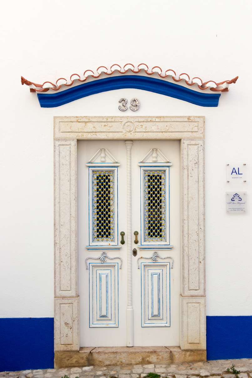 Le Fashionaire Blue shades of Ericeira portugal ericeira surf blogger street door blue white 5240 EN 805x1207
