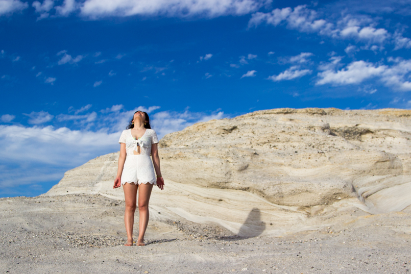 Le Fashionaire White white embroidered romper desert beach inspiring blogger sky blue sand 0530 EN 805x537