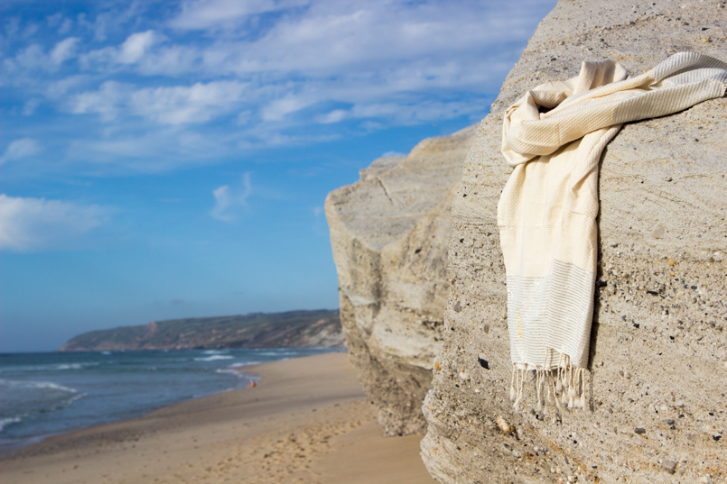 Le Fashionaire White white embroidered romper desert beach inspiring blogger towel futah sand 0415 EN 805x537