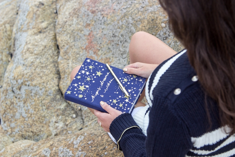 Le Fashionaire I see stars beach sea oporto blogger notebook blue accessorize gold stars embroidered wishes hopes dreams quote caneta bic 6191 EN 805x537
