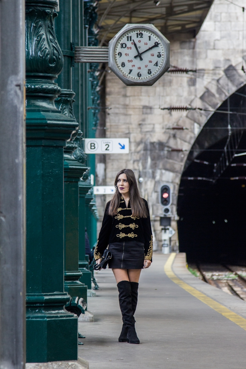 Le Fashionaire São Bento Railway Station black velvet military gold embroidered coat zara black mini skirt zara black gold zara clutch railway station sao bento 7983 EN 805x1208