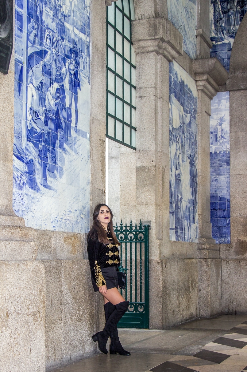 Le Fashionaire São Bento Railway Station black velvet military gold embroidered coat zara black mini skirt zara over knee black boots stradivarius railway station sao bento 7953 EN 805x1208