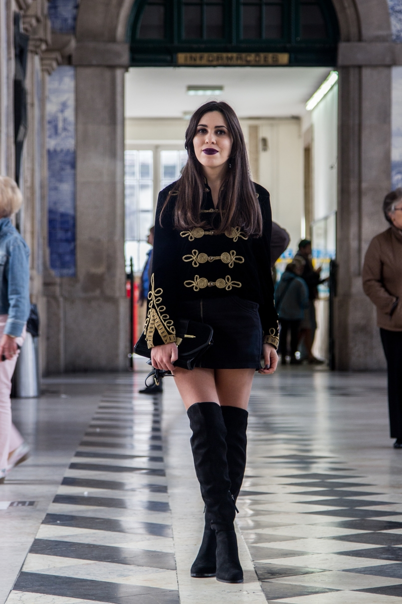 Le Fashionaire São Bento Railway Station black velvet military gold embroidered coat zara over knee black boots stradivarius black gold zara clutch railway station sao bento 7925 EN 805x1208