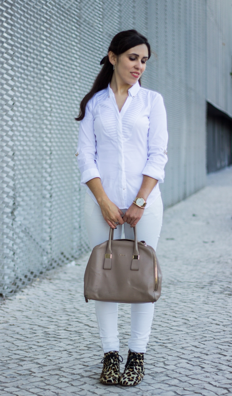 Le Fashionaire Como usar branco no outono camisa branca zara detalhes dourados elegante botas zara leopardo pele mala bege furla twiggy 6830 PT 805x1375