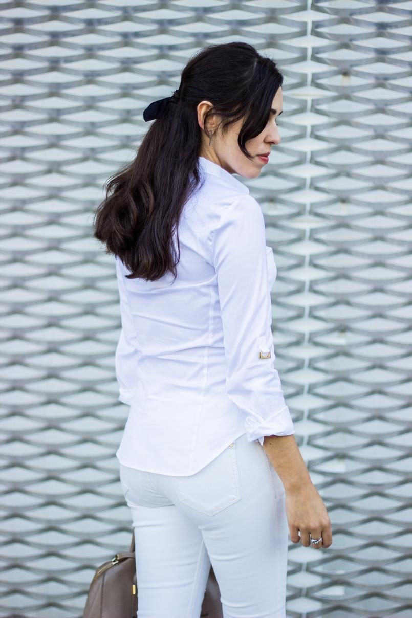 Le Fashionaire Como usar branco no outono camisa branca zara detalhes dourados elegante calcas skinny brancas mango 6785 PT 805x1208