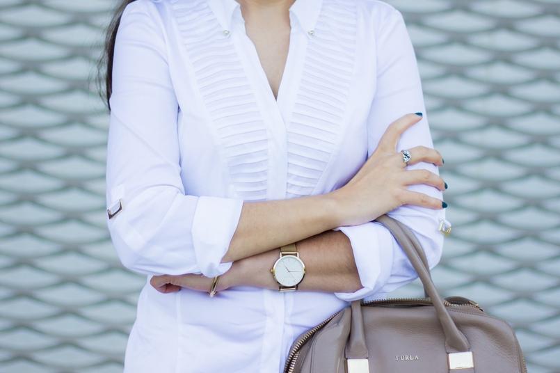 Le Fashionaire Como usar branco no outono camisa branca zara detalhes dourados elegante relogio dourado rosefield watches mala bege furla twiggy 6812 PT 805x536
