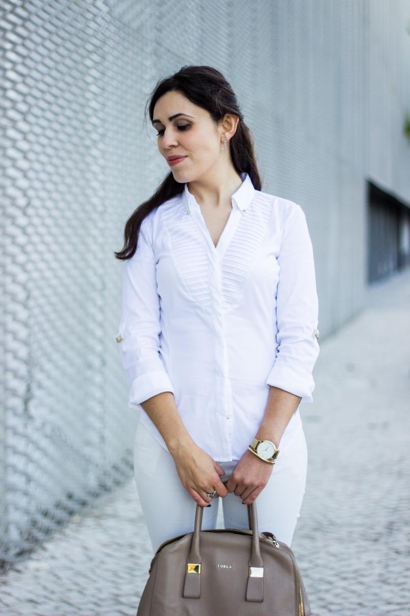 Le Fashionaire Como usar branco no outono camisa branca zara detalhes dourados elegante relogio dourado rosefield watches mala bege furla twiggy 6831 PT 805x1208
