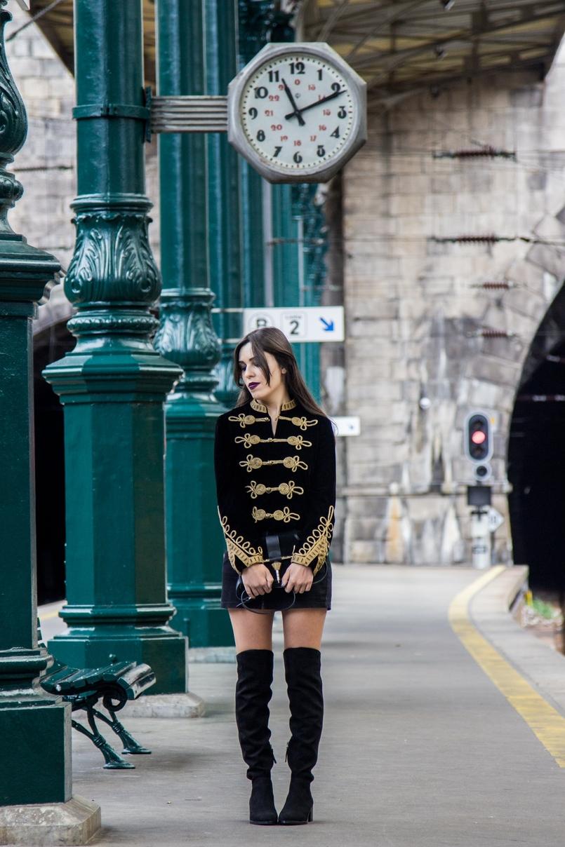 Le Fashionaire Estação de São Bento casaco militar veludo bordado dourado alamares zara botas altas pretas stradivarius clutch camurca preta dourada zara estacao comboios sao bento 7989 PT 805x1208