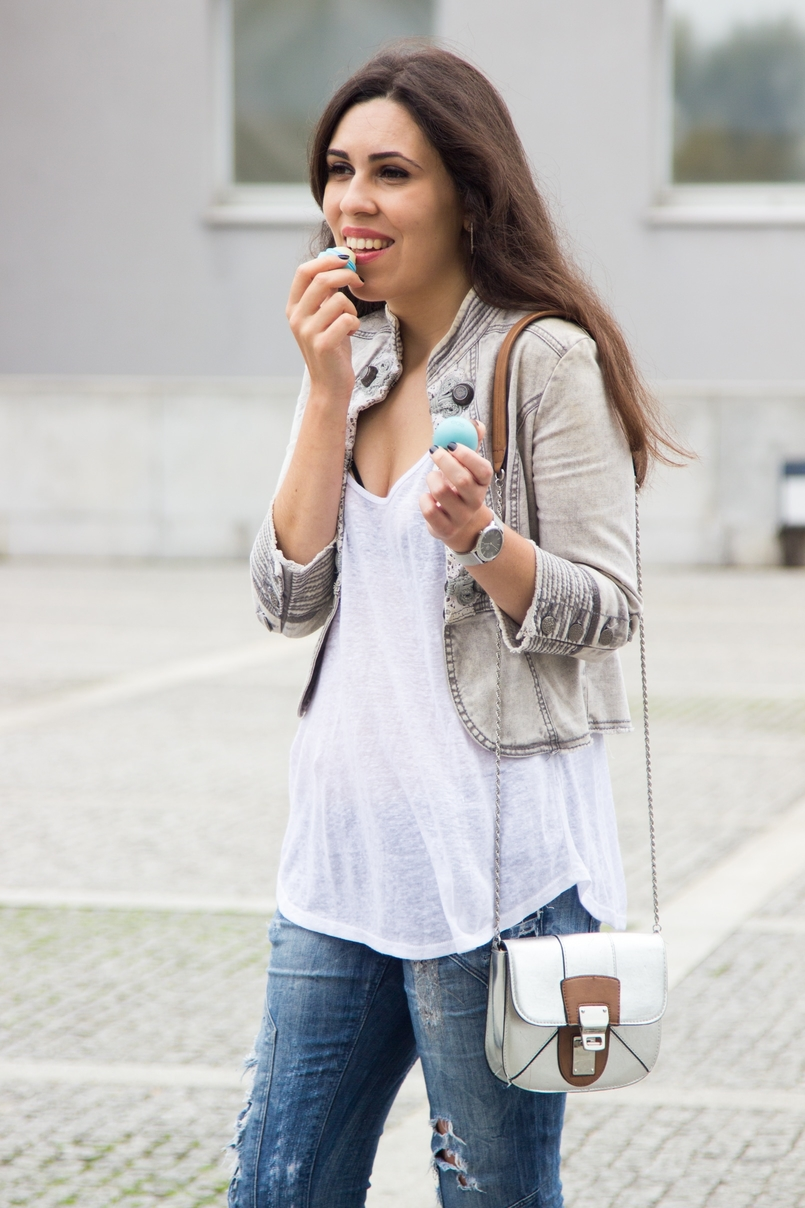 Le Fashionaire Must have: EOS Lip Balm catarine martins blogger fashion eos lip balm military grey white stradivarius jacket white tank top zara mini silver camel bag zara 7206 EN 805x1208