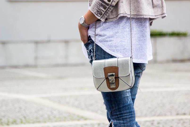 Le Fashionaire Must have: EOS Lip Balm catarine martins blogger fashion eos lip balm ripped denim jeans bershka mini silver camel bag zara 7191 EN 805x537