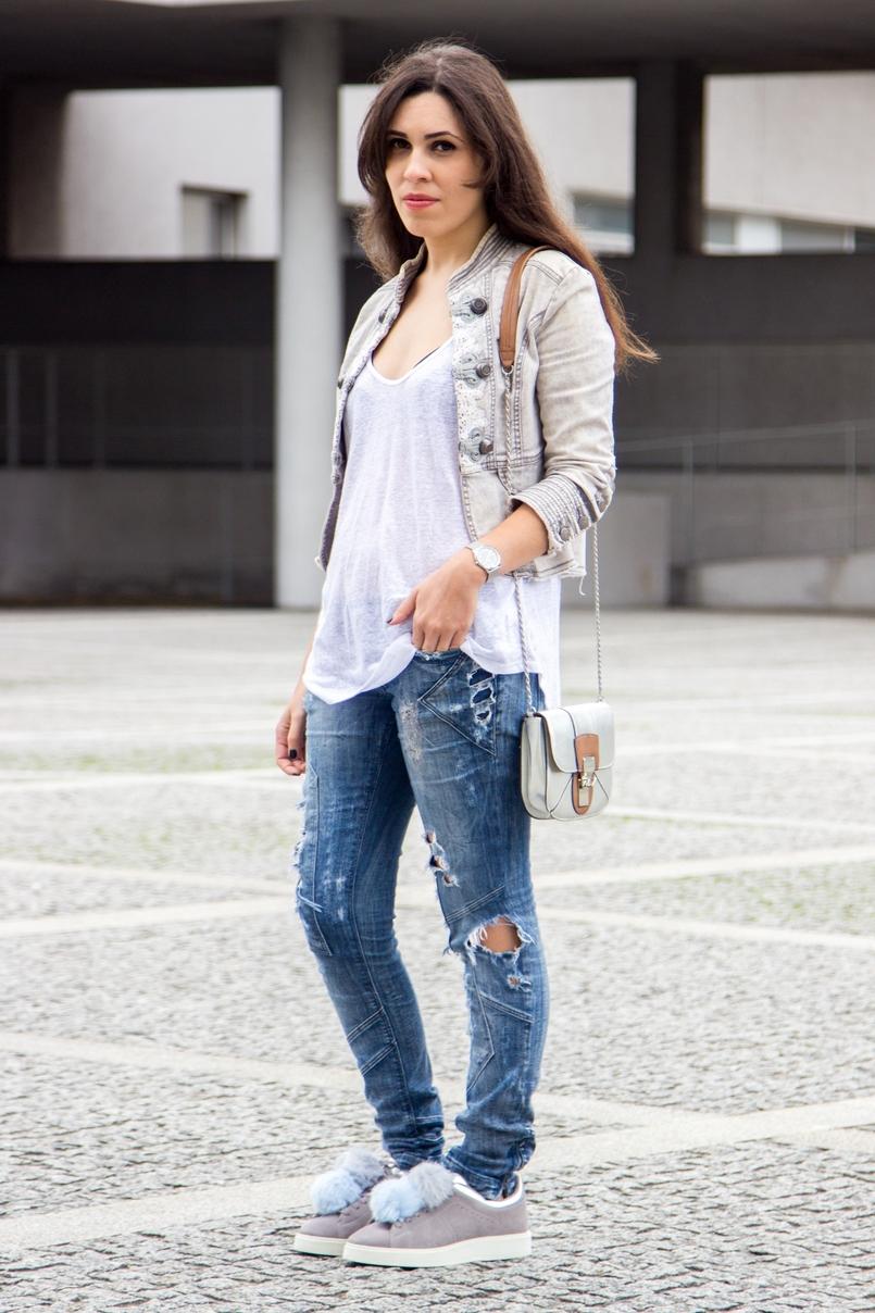 Le Fashionaire Must have: EOS Lip Balm catarine martins blogger fashion eos lip balm ripped denim jeans bershka mini silver camel bag zara zara pom pom grey pale blue leather sneakers 7188 EN 805x1208