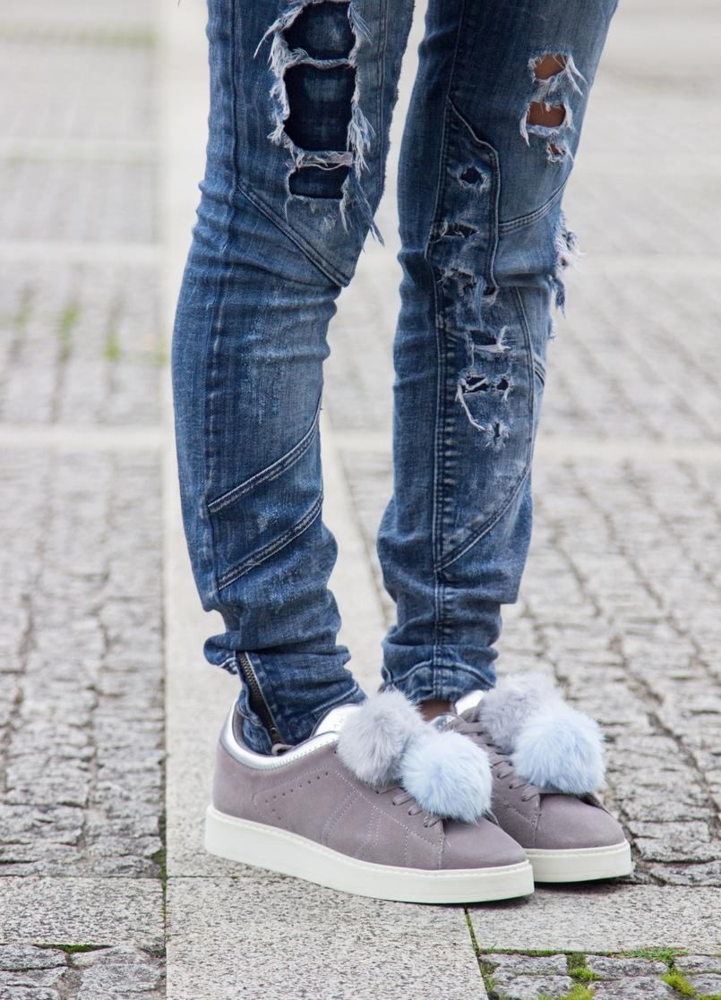 Le Fashionaire Must have: EOS Lip Balm catarine martins blogger fashion eos lip balm ripped denim jeans bershka zara pom pom grey pale blue leather sneakers 7237 EN 805x1117