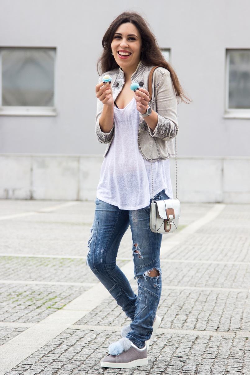 Le Fashionaire Must have: EOS Lip Balm catarine martins blogger fashion eos lip balm white tank top zara ripped denim jeans bershka 7203 EN 805x1208