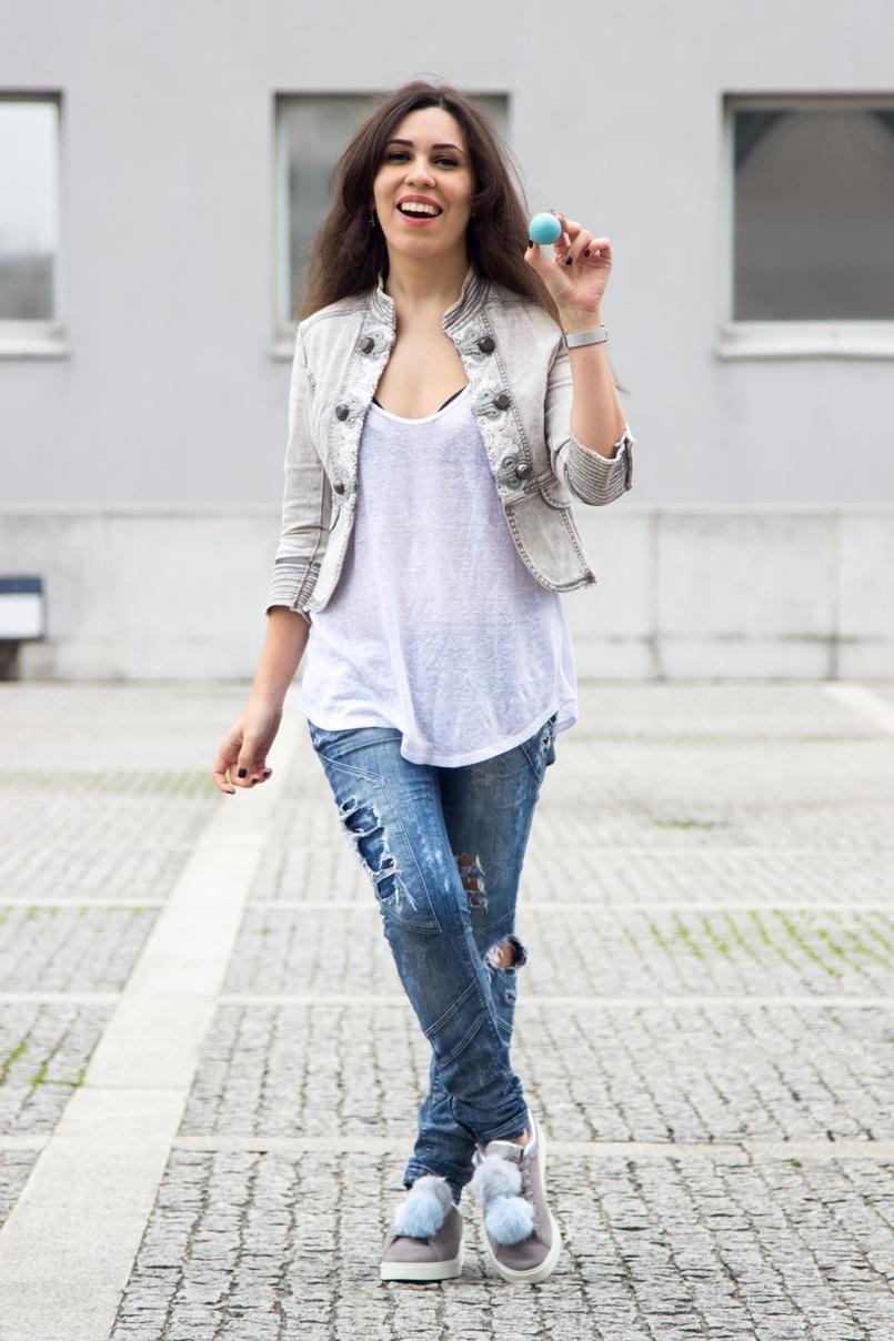 Le Fashionaire Must have: EOS Lip Balm catarine martins blogger fashion eos lip balm white tank top zara ripped denim jeans bershka lace black trendy womens secret bra 7179 EN 805x1208