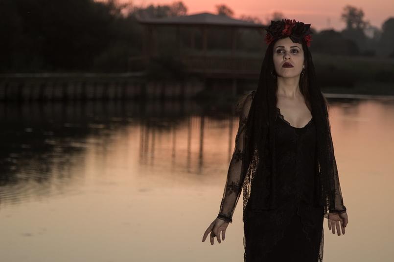 Le Fashionaire I put a spell on you catarine martins blogueira pateira lago coroa flores vermelhas pretas claires halloween vestido zara renda preto 6912 PT 805x537