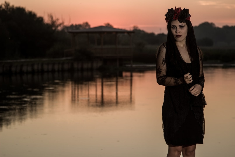 Le Fashionaire I put a spell on you catarine martins blogueira pateira lago coroa flores vermelhas pretas claires halloween vestido zara renda preto 6915 PT 805x537