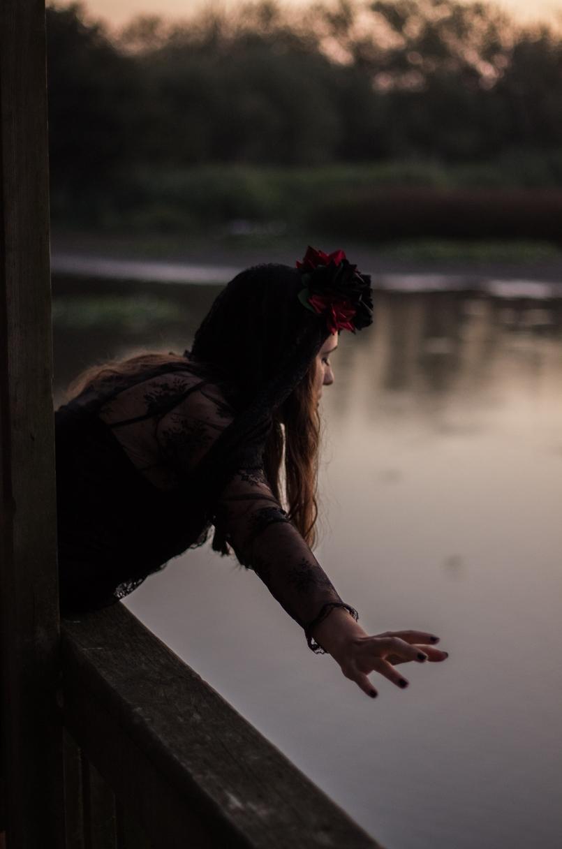 Le Fashionaire I put a spell on you catarine martins blogueira pateira lago coroa flores vermelhas pretas claires halloween vestido zara renda preto 6971 PT 805x1216