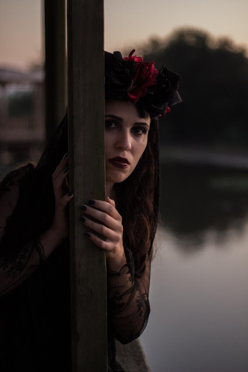 Le Fashionaire I put a spell on you catarine martins blogueira pateira lago coroa flores vermelhas pretas claires halloween vestido zara renda preto fantasma 6967 PT 805x1208