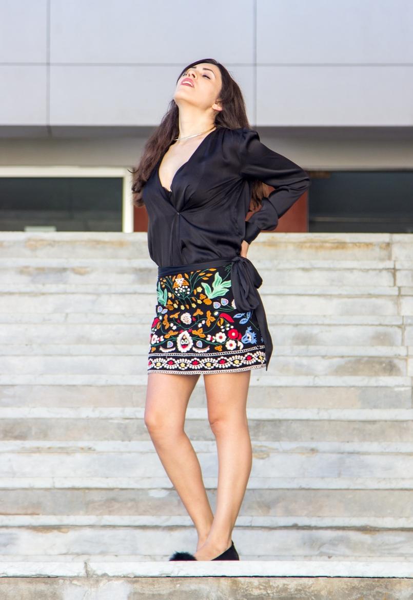 Le Fashionaire Juízo de valor catarine martins blogueira saia zara bordada preta colorida sapatos pretos sola dourada pompom aldo 5905 PT 805x1167