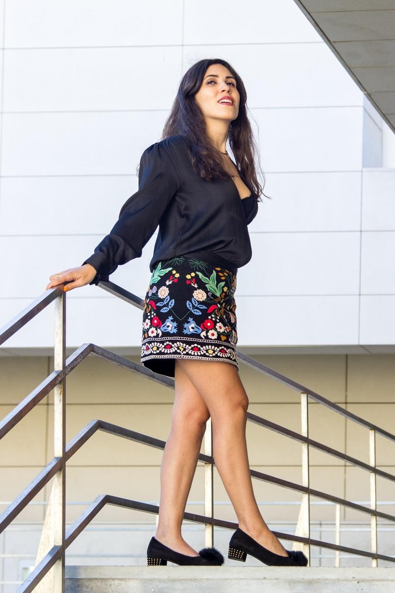 Le Fashionaire Juízo de valor catarine martins blogueira saia zara bordada preta colorida sapatos pretos sola dourada pompom aldo 5970 PT 805x1208