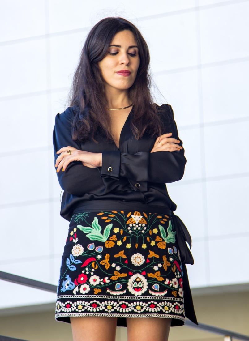 Le Fashionaire Juízo de valor catarine martins blogueira saia zara bordada preta colorida unhas amarelas verniz hm 5973 PT 805x1103