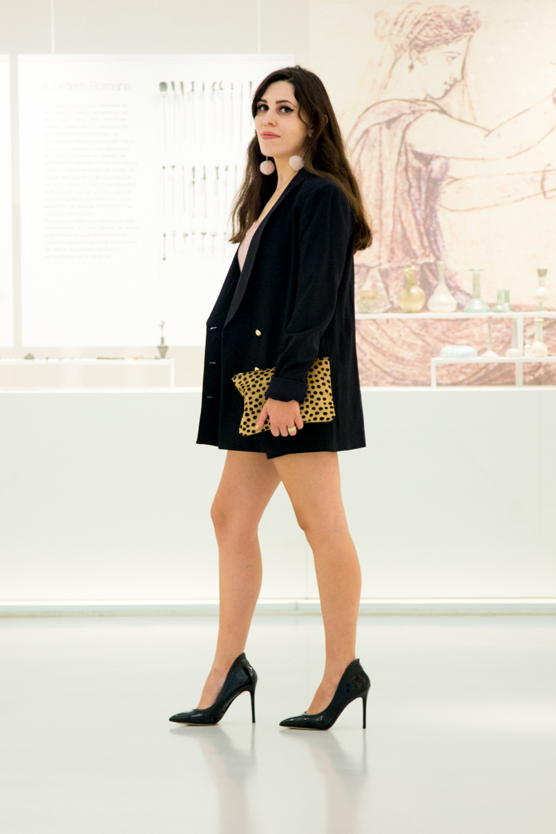 Le Fashionaire Good Girl drugstore museum oversized black blazer gold buttons zara black velvet shorts stradivarius leather leopard clutch sfera stilettos heels black aldo 6132 EN 805x1207