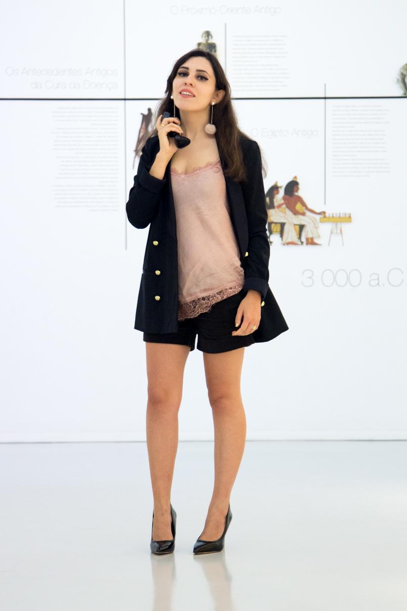 Le Fashionaire Good Girl drugstore museum oversized black blazer gold buttons zara black velvet shorts stradivarius stilettos heels aldo lingerie silk lace pink top 6109 EN 805x1208