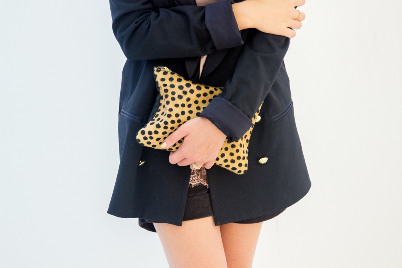 Le Fashionaire Good Girl drugstore museum oversized black blazer gold buttons zara leather leopard clutch sfera black velvet shorts stradivarius 6121 EN 805x537
