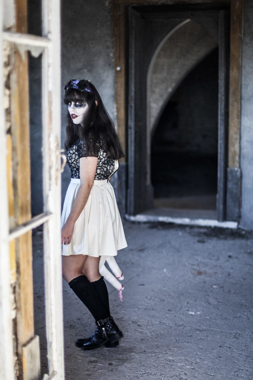 Le Fashionaire Last years Halloween haunted abandoned house paco duques cadaval black white chichi london dress flower crown purple black claires black zara boots 6072 EN 805x1208