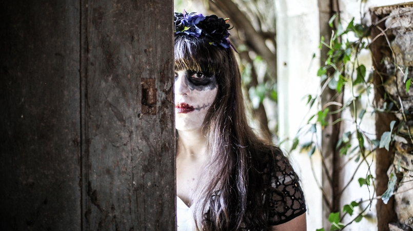 Le Fashionaire Last years Halloween haunted abandoned house paco duques cadaval black white chichi london dress halloween make up dia muertos flower crown purple black claires 6141F EN 805x450