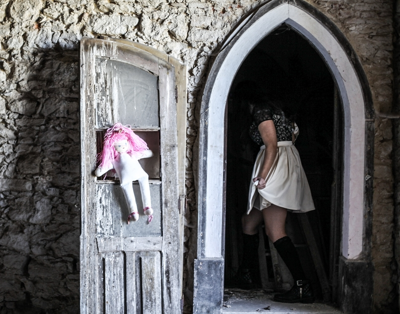 Le Fashionaire Last years Halloween haunted abandoned house paco duques cadaval black white chichi london dress pink hair old doll 6167 EN 805x632