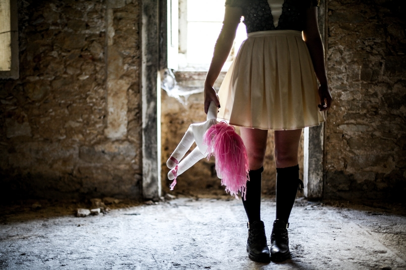 Le Fashionaire Last years Halloween haunted abandoned house paco duques cadaval black white chichi london dress pink hair old doll black zara boots 6016 EN 805x537