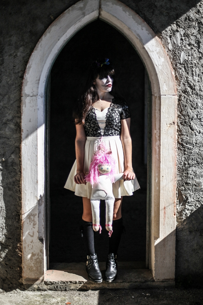 Le Fashionaire Last years Halloween haunted abandoned house paco duques cadaval black white chichi london dress pink hair old doll black zara boots 6059 EN 805x1208