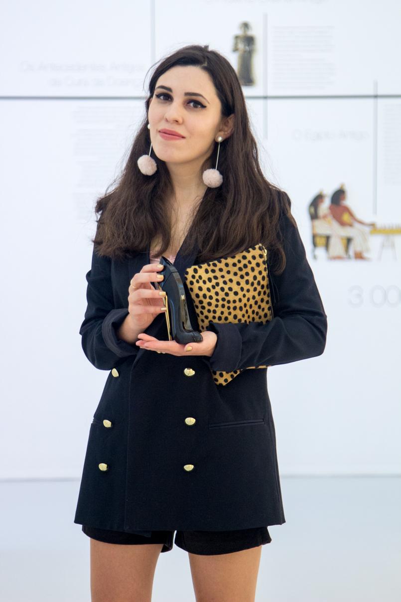 Le Fashionaire Good Girl museu farmacia perfume good girl carolina herrera top blazer preto botoes dourados zara calcoes pretos veludo stradivarius clutch pele sfera leopardo 6117 PT 805x1208