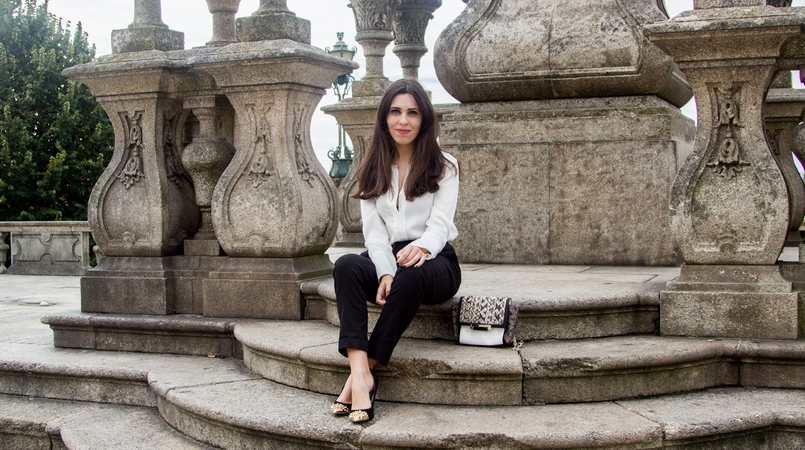 Le Fashionaire Effortless Chic oporto se cathedral black zara comfy pants white silk zara shirt zara black gold pointed heels 7136F EN 805x450