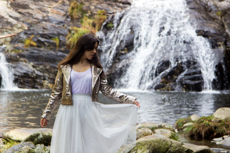 Le Fashionaire Fairy Forest pincho waterfall jacket metalic silver bomber top white tank stradivarius skirt sparkling white ballet zara skirt allstars converse metalic gold 6429 EN 805x537