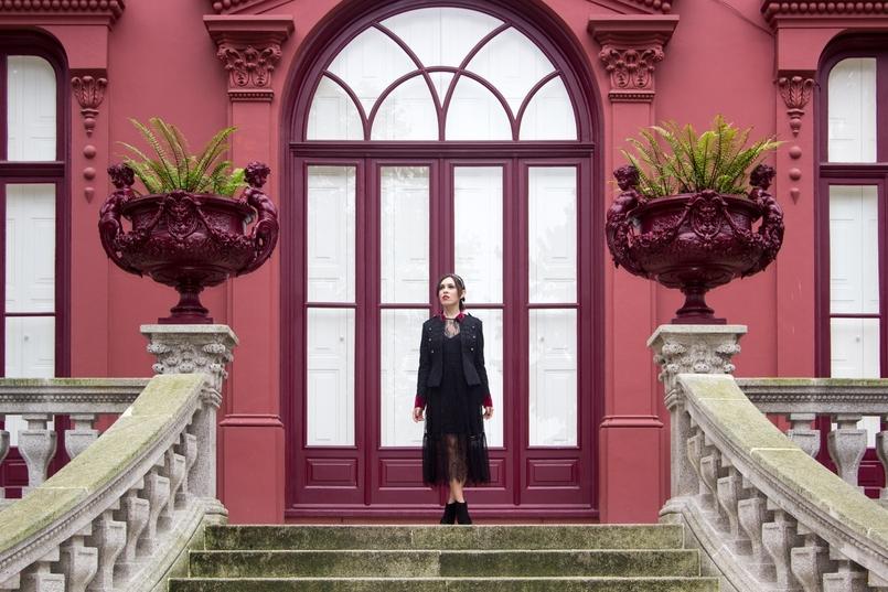 Le Fashionaire Steal the spotlight porto botanical garden military jacket black red velvet stradivarius 7258 EN 805x537