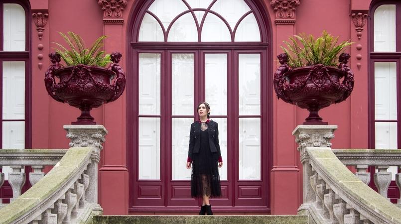 Le Fashionaire Steal the spotlight porto botanical garden military jacket black red velvet stradivarius 7258 FEATURED EN 805x450