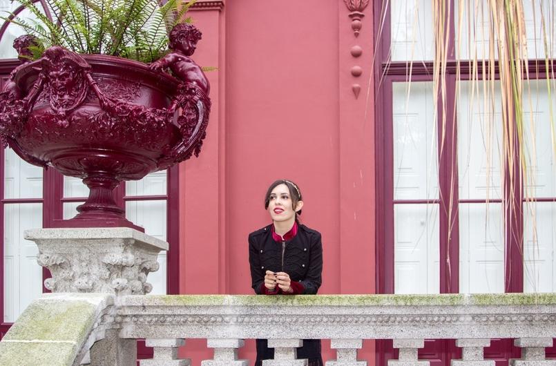 Le Fashionaire Steal the spotlight porto botanical garden military jacket black red velvet stradivarius 7274 EN 805x530