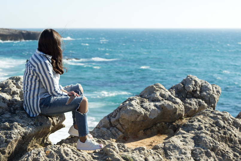 Le Fashionaire Viva la vida portugal guincho beach inspiration blogger sea asos striped blue torn pants superstar adidas landscape rocks 8071 EN 805x537