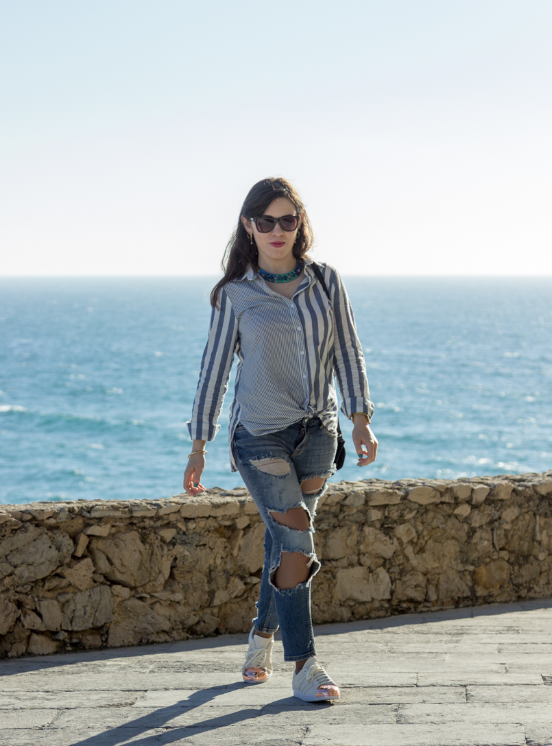 Le Fashionaire Viva la vida portugal guincho beach inspiration blogger sea asos striped blue torn pants superstar adidas white gold mala zara sunnies marc jacobs necklace parfois 8196 EN 805x1088