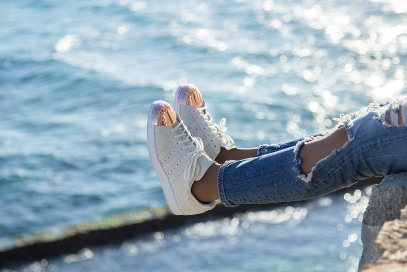 Le Fashionaire Viva la vida portugal guincho beach inspiration blogger sea tennis shoes shoes superstar adidas white gold pants torn 8175 EN 805x537