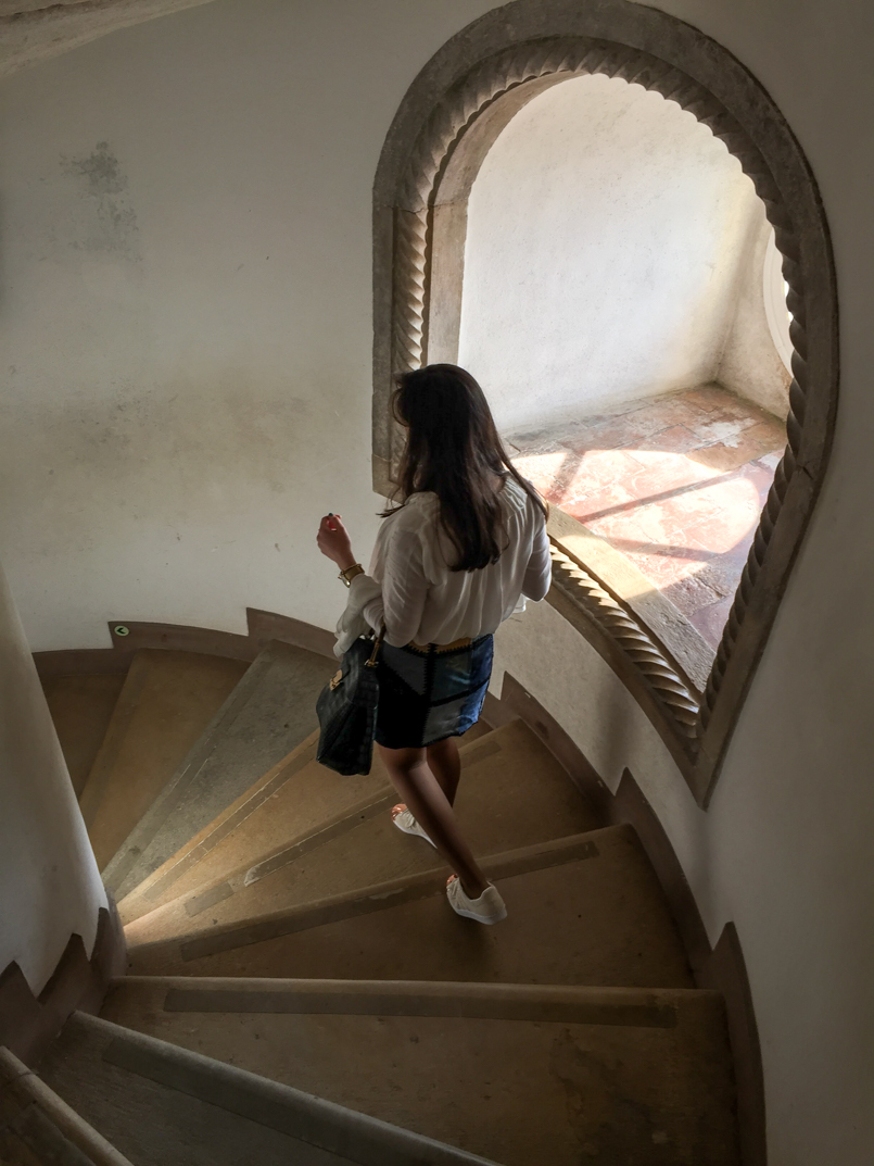 Le Fashionaire Once upon a time... portugal palace pena sintra blogger tower stairs window bag lanidor bamboo crocodile blue shirt skirt zara img 5382 en 805x1073