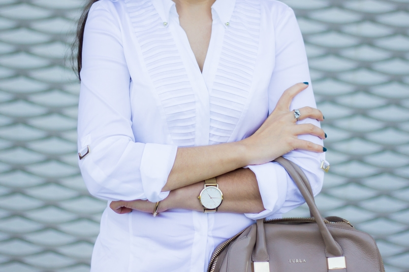 Le Fashionaire How to wear white on fall shirt white zara gold details gold classic elegant watch rosefield watches furla blush shade twiggy 6812 EN 805x536