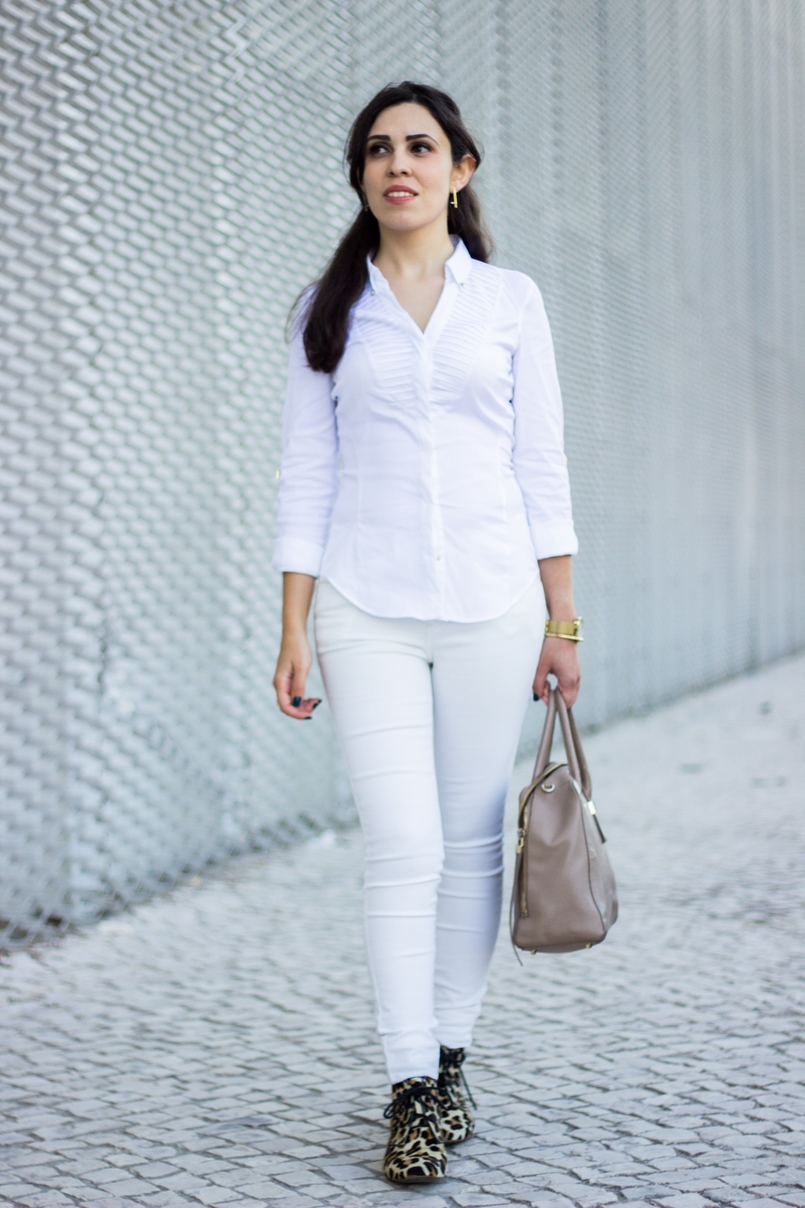 Le Fashionaire How to wear white on fall shirt white zara gold details skinny jeans white mango classic gold earrings catarina militao 6744 EN 805x1208