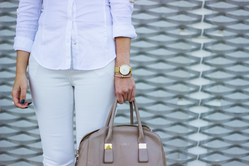 Le Fashionaire How to wear white on fall shirt white zara gold details skinny jeans white mango gold classic elegant watch rosefield watches gold bangle knot kate spade furla blush shade twiggy 6766 EN 805x537